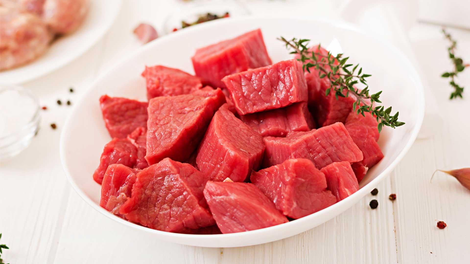 Gulasch Fleisch roh auf Teller